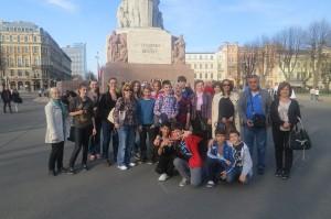 Projekta dalībnieki Rīgā pie Brīvības pieminekļa