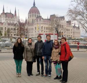 Mūsu skolas delegācija pie Parlamenta ēkas, kurā pašlaik norisinās renovācijas darbi