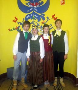 Mūsu skolēni pēc veiksmīgas mūsu valsts prezentēšanas