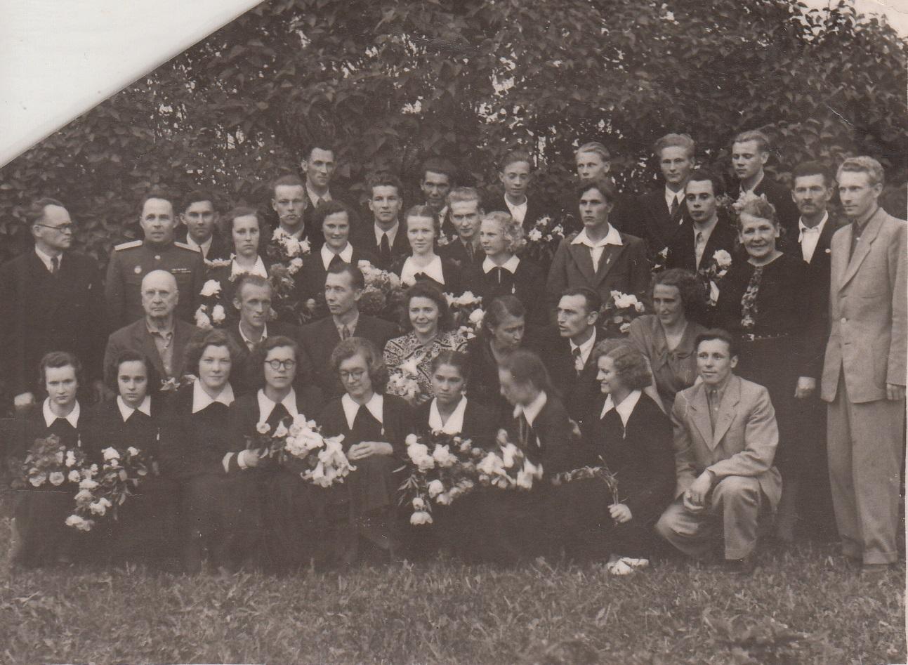1956.gada 32.izlaidums klases audzinātājs Ilmārs Niedrītis . 2.rindā 3 no kreisās direktors Jānis Smelteris