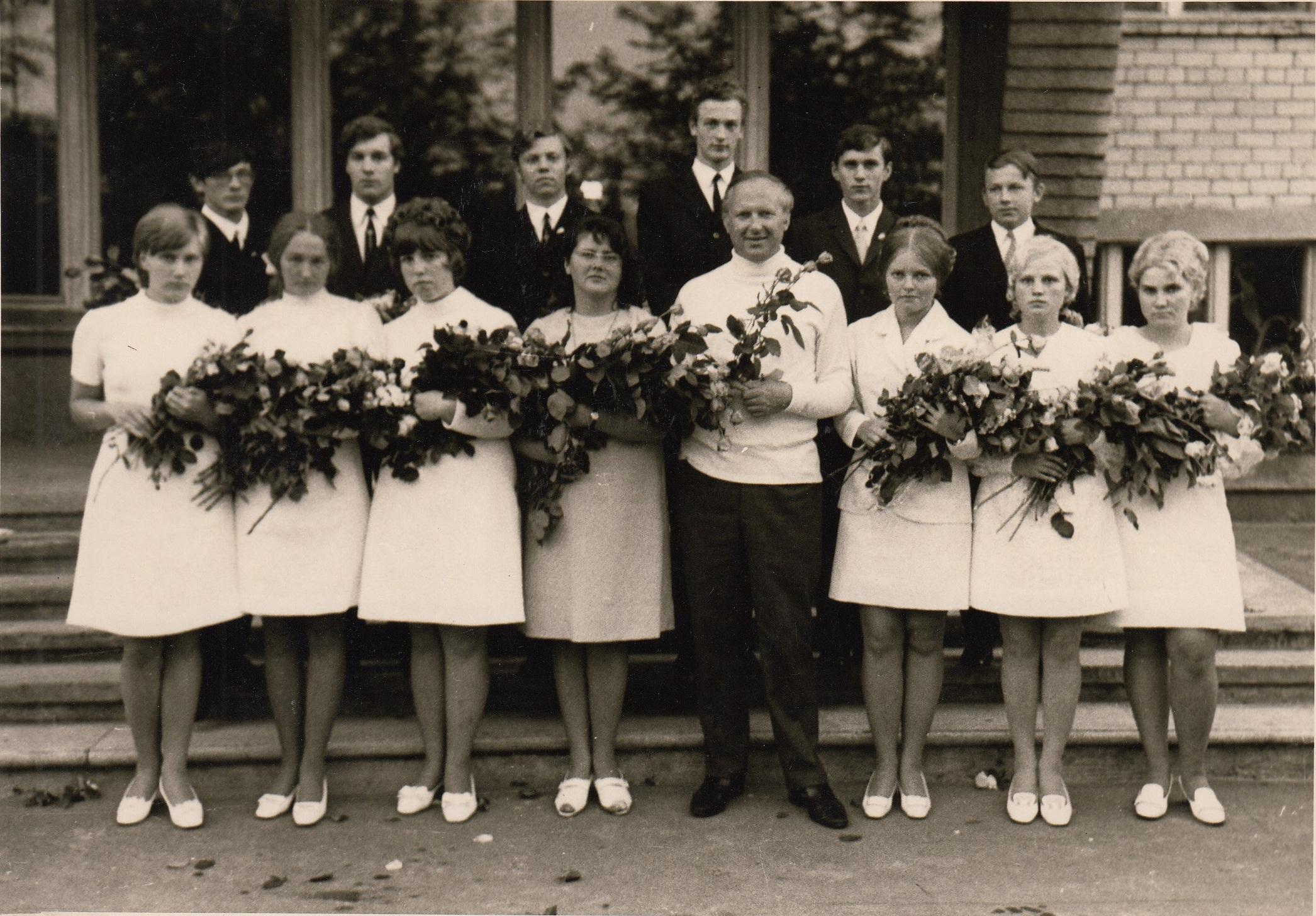 1971.gada 46.izlaidums 11b klase, audzinātāja Marija Buša, kopā ar kinokritiķi Ģirtu Dzenīti