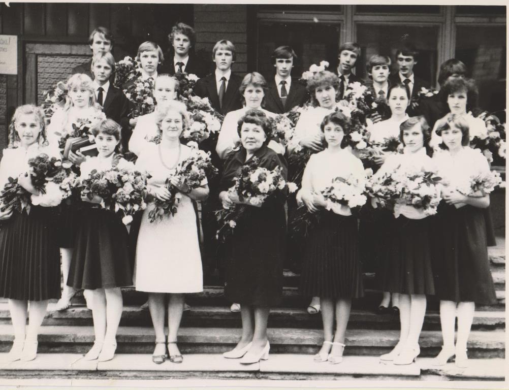 3_1984.gada 10.jūnijā 8.b klase, audz. Maruta Gailīte, pirmā audz. Vilhelmīne Daukste